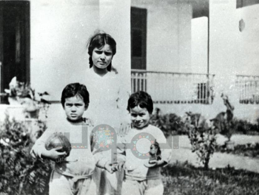 مصطفى و علي أمين مع مربيتهما ببيت سعد زغلول